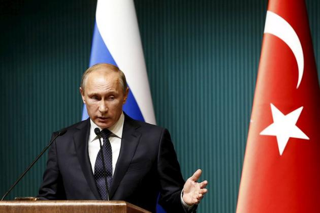Vladimir Poutine a imposé samedi par décret une série de sanctions économiques contre la Turquie pour protester contre la destruction d'un avion russe par des F16 turcs mardi près de la frontière syrienne. //Photo d'archives//REUTERS/Umit Bektas